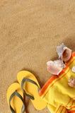Fond de plage avec la serviette jaune photos libres de droits