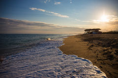 Fond de plage de coucher du soleil avec le sable, la mer et le ciel Photographie stock libre de droits