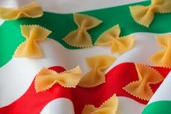 Fond de plan rapproché sec de macaronis Concept de cuisine italienne traditionnelle Pour l'usage de fond Photographie stock libre de droits