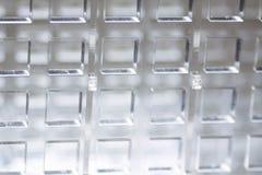 Fond de pointe abstrait Une feuille de plastique ou de verre transparent avec les trous coupés Coupe de laser de photographie stock libre de droits