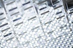 Fond de pointe abstrait Une feuille de plastique ou de verre transparent avec les trous coupés Coupe de laser de images libres de droits