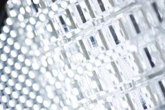 Fond de pointe abstrait Une feuille de plastique ou de verre transparent avec les trous coupés Coupe de laser de photo stock