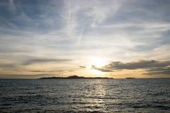 Fond de pont et de coucher du soleil de mer images stock