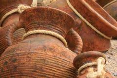 Fond de poterie avec des relations étroites de corde Photo stock