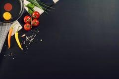 Fond de préparation alimentaire avec des ingrédients de pâtes Vue supérieure Image stock