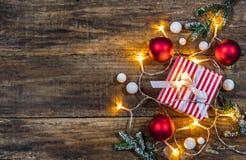 Fond de réveillon de Noël avec le cadeau Image stock