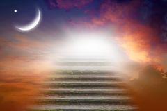 Fond de Ramadan demi-lune au coucher du soleil Image libre de droits