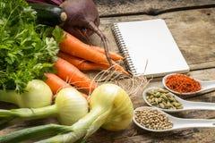 Fond de recette Légumes frais avec la page vide du livre de cuisine Photographie stock