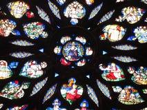 Fond de religion Glace souillée dans l'église Détails d'art et d'architecture à Paris photos libres de droits