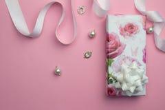 Fond de rose de jour de mères avec le cadeau enveloppé, ribbo blanc de satin Images stock