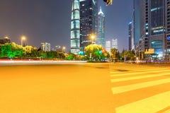 Fond de route urbaine de nuit à Changhaï Images stock