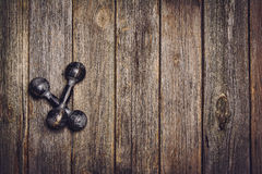 Fond de séance d'entraînement de forme physique Haltères sur le plancher en bois Photo stock