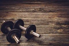Fond de séance d'entraînement de forme physique Haltères sur le plancher en bois image stock