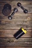 Fond de séance d'entraînement de forme physique Haltères sur le plancher en bois Photo libre de droits