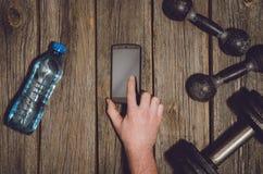 Fond de séance d'entraînement de forme physique Haltères sur le plancher ou la table en bois de gymnase image libre de droits
