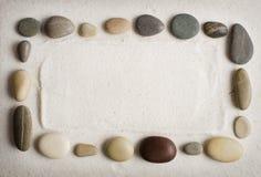 Fond de sable pour des inscriptions avec des cailloux Image stock