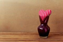 Fond de Saint-Valentin avec des formes de coeur dans le vase Photo stock