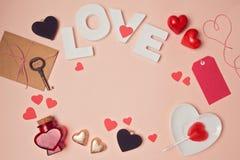 Fond de Saint-Valentin avec des lettres d'amour et des formes de coeur Images stock