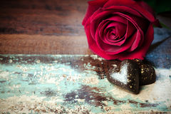 Fond de Saint-Valentin avec du chocolat de coeur et la fin rose de fleur  Photo stock