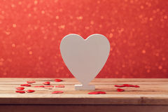 Fond de Saint-Valentin avec la forme blanche en bois de coeur pour le texte Image stock