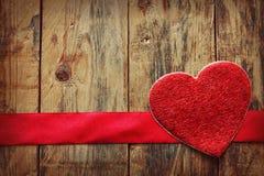 Fond de Saint-Valentin avec le coeur et le ruban rouge Images stock