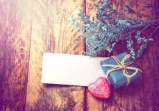 Fond de Saint-Valentin avec le petit cadeau simple Photos libres de droits