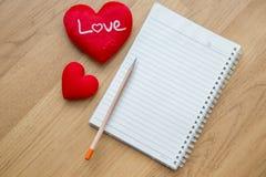 Fond de Saint-Valentin avec les coeurs et le blanc de note Photos libres de droits