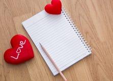 Fond de Saint-Valentin avec les coeurs et le blanc de note Photo stock
