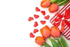 Fond de Saint-Valentin avec les fleurs et le boîte-cadeau de tulipe sur le blanc Photo libre de droits