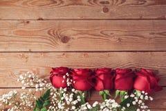 Fond de Saint-Valentin avec les roses rouges sur la table en bois Vue de ci-avant Photographie stock libre de droits