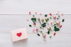 Fond de Saint Valentin, carte de coeur et fleurs sur le bois blanc Photo stock