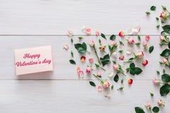 Fond de Saint Valentin, carte de coeur et fleurs sur le bois blanc Images libres de droits