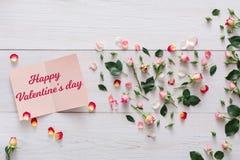 Fond de Saint Valentin, carte de coeur et fleurs sur le bois blanc Photo libre de droits