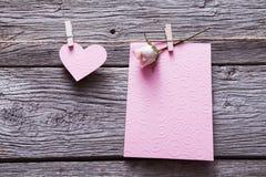 Fond de Saint Valentin, carte et coeur de papier sur le bois Images stock