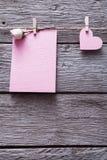 Fond de Saint Valentin, carte et coeur de papier sur le bois Image libre de droits