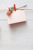 Fond de Saint Valentin, carte sur le bois Photographie stock libre de droits