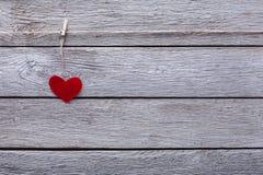Fond de Saint Valentin, coeur de papier sur le bois, l'espace de copie Photo stock