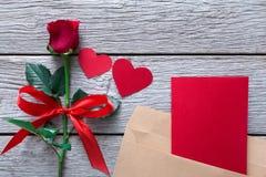 Fond de Saint Valentin, coeurs, carte et fleur rose sur le bois Image libre de droits
