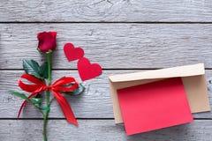 Fond de Saint Valentin, coeurs, carte et fleur rose sur le bois Photos libres de droits