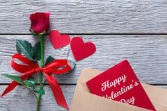 Fond de Saint Valentin, coeurs, carte et fleur rose sur le bois Images stock