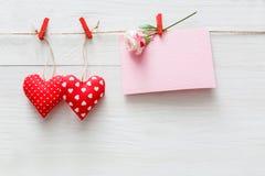 Fond de Saint Valentin, coeurs d'oreiller et carte sur le bois Photographie stock libre de droits