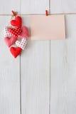 Fond de Saint Valentin, coeurs d'oreiller et carte sur le bois Photo stock