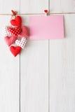Fond de Saint Valentin, coeurs d'oreiller et carte sur le bois Photos libres de droits