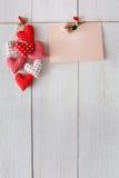 Fond de Saint Valentin, coeurs d'oreiller et carte sur le bois Images libres de droits