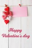 Fond de Saint Valentin, coeurs d'oreiller et carte sur le bois Image stock