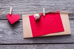 Fond de Saint Valentin, coeurs de papier et carte sur le bois Photographie stock libre de droits