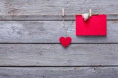 Fond de Saint Valentin, coeurs de papier et carte sur le bois Photo stock