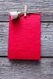 Fond de Saint Valentin, coeurs de papier et carte sur le bois Images libres de droits