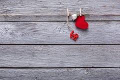 Fond de Saint Valentin, coeurs de papier et carte sur le bois Photos stock