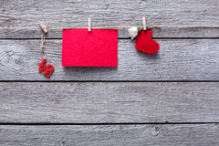 Fond de Saint Valentin, coeurs de papier et carte sur le bois Photos libres de droits